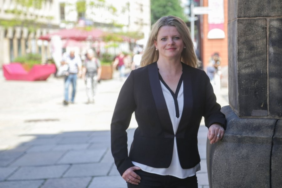 Susanne Schaper arbeitete nahezu 20 Jahre in ihrem erlernten Beruf als Krankenschwester. Inzwischen ist sie Berufspolitikerin. Aber noch heute zieht sie regelmäßig als OP-Schwester den weißen Kittel über.