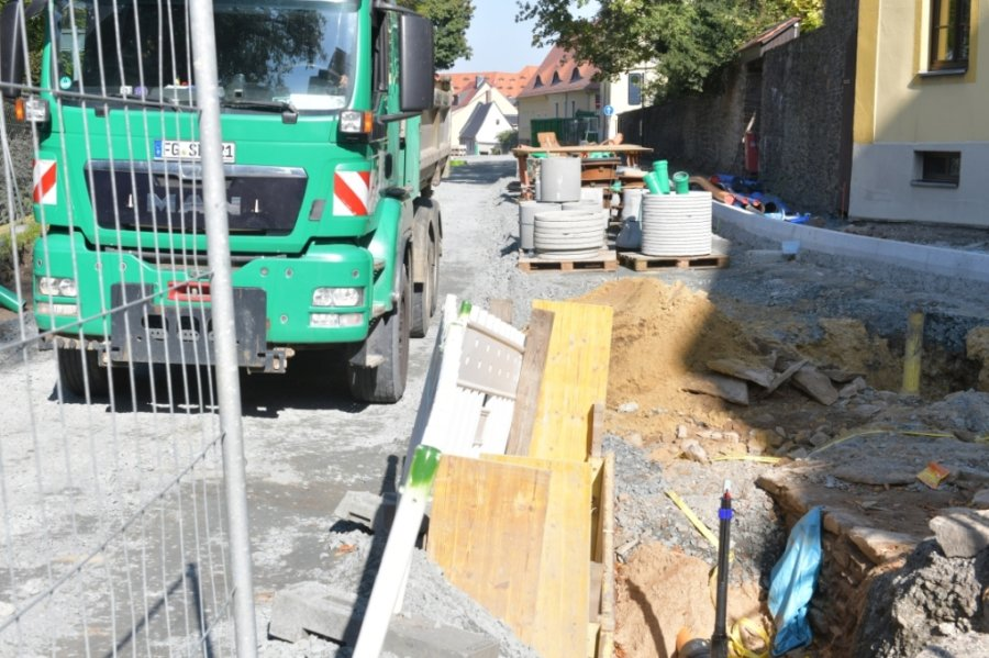 Noch bis voraussichtlich Mitte kommenden Monats wird auf der Wallstraße (Einmündung Waisenhausstraße) der Mischwasserkanal ausgewechselt. Danach bekommt der Abschnitt eine neue Decke.