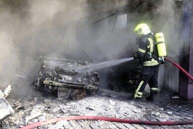 Das Fahrzeug in der Garage brannte komplett aus.