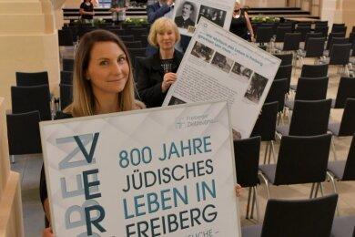 Anna Engel (vorne), Beate Düsing und Daniel Großmann vom Verein Zeitzeugen haben mit den Mitgliedern des Vereins mehr als 30 Schautafeln in der Kirche angebracht.