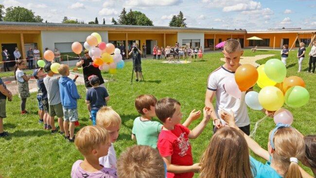 Zur offiziellen Eröffnung des Hortneubaus im Zwickauer Ortsteil Oberhohndorf ließen die Mädchen und Jungen am Montagnachmittag 50bunte Luftballons in den Himmel fliegen.