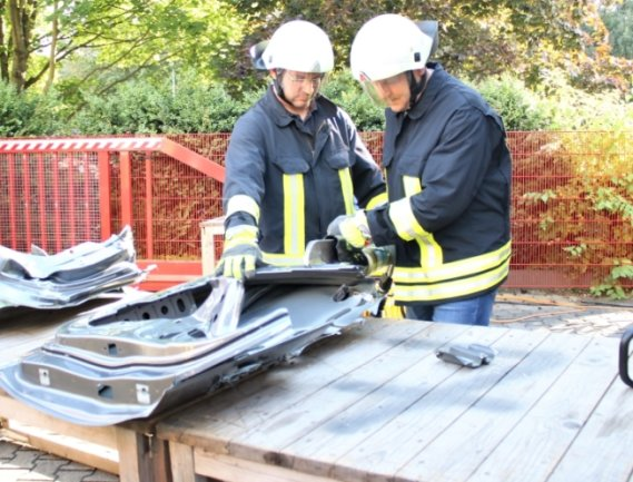 Beim Tag der offenen Tür durften die Gäste sogar auch Rettungsgerät ausprobieren. Rico Geisler (r.) bediente unter Anleitung von Marcel Fischer einen Spreizer.