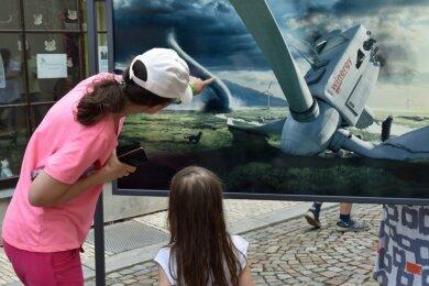 41 Fotoarbeiten von Uli Staiger können gegenwärtig in der Ausstellung Perspektiva in Oederan bewundert werden. Auf einem der Bilder geht einem Windrad auf optisch dramatische Art und Weise die Luft aus. Das Bild fand schnell Bewunderinnen.