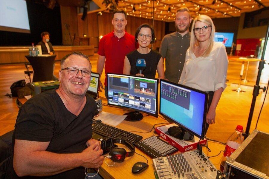 Bei der ersten Runde der Plauener Oberbürgermeisterwahl Mitte Juni berichtete das Team des Sachsen-Fernsehens erstmals live aus Plauen: Andreas Flieger, Sascha Deß, Franziska Wöllner, Nico Adam und Vogtland-Reporterin Janine Wolf (von links).