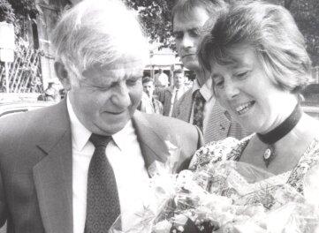 Kurt Biedenkopf mit Eva Maria Schönfeld 1994 bei einem Besuch des Altstadt- und Edelweißfestes in Schwarzenberg.