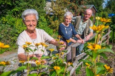 Marianne Partenfelder aus Eibenstock (links) feiert am heutigen Mittwoch ihren 100. Geburtstag. Mit ihr freuen sich darüber Schwiegertochter Karin und Sohn Christoph.