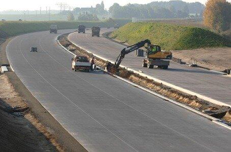 Der Streckenabschnitt der Autobahn A 72 bei Obergräfenhain scheint fast fertig zu sein.