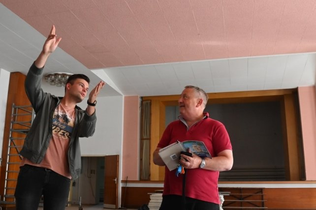 Bauberatung im Saal des Landgasthofes Linde in Mühlau: Bürgermeister Frank Rüger (rechts) und sein Vize Steve Sarfert.