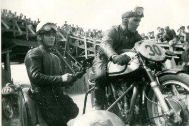 Fritz Bagge und Kurt Schönherr aus Karl-Marx-Stadt mit der Norton 500 am Vorstart des Sachsenrings.