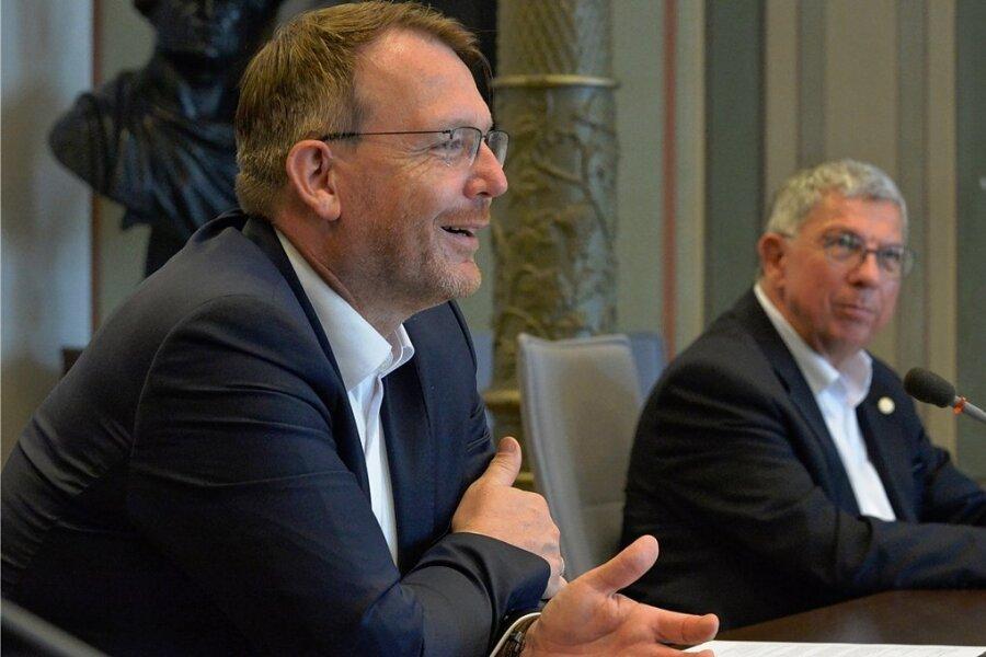 OB Sven Krüger (l.) und TU-Rektor Klaus-Dieter Barbknecht unterzeichnen heute den Kooperationsvertrag für die Zusammenarbeit.