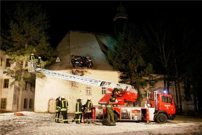 In einer aufwendigen Aktion bargen die Feuerwehrleute den schwer verletzten Pkw-Fahrer aus seiner misslichen Lage.