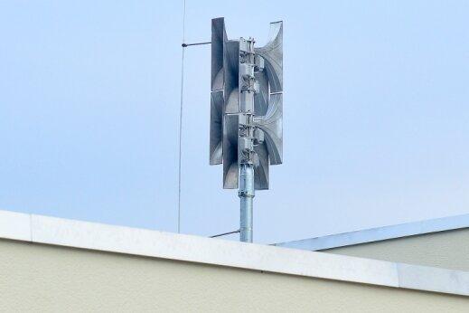 Auf dem neuen Gerätehaus der Feuerwehr im Hainichener Ortsteil Schlegel ist die Sirene im November 2020 in Betrieb gegangen. Mit dieser Anlage sind auch Sprachdurchsagen möglich.