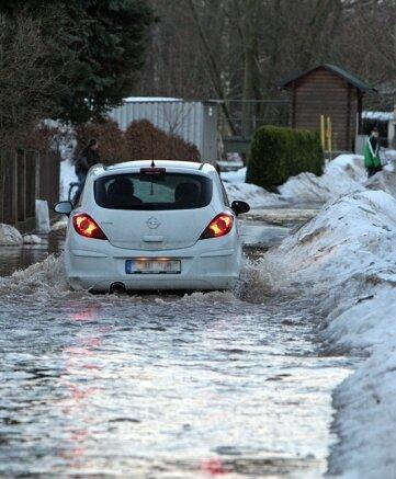 """<p class=""""artikelinhalt"""">Die Straße des Friedens in Niederlungwitz stand am Sonnabend unter Wasser. </p>"""