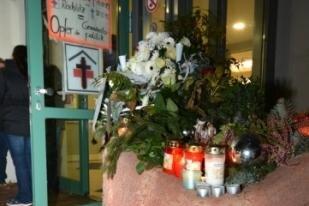 Einige Rochlitzer hatten am Krankenhaus Trauerkränze und Kerzen abgelegt.