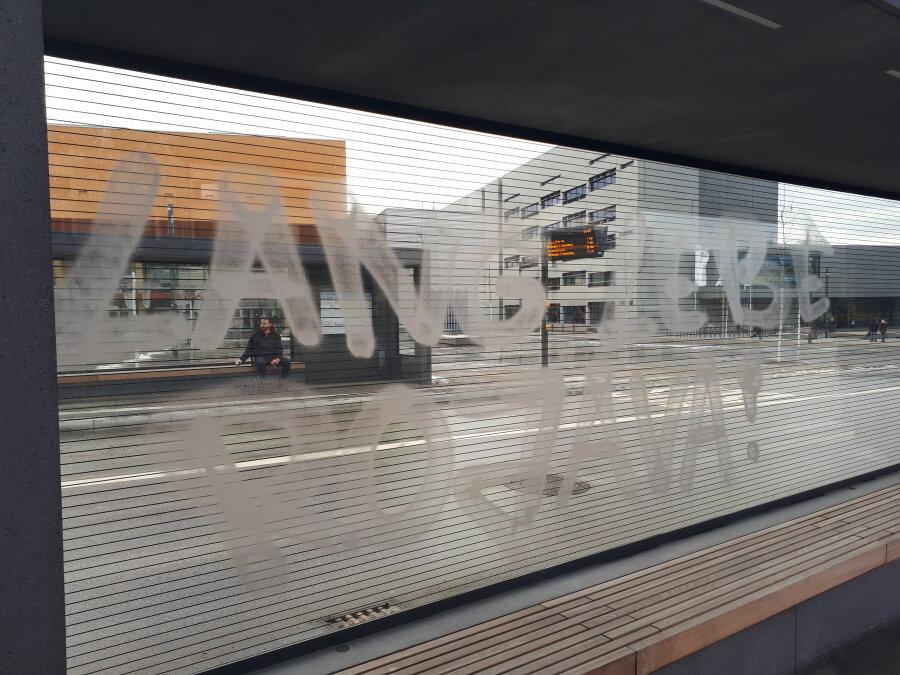 Beschmierte Scheibe eines Fahrgastunterstandes am Campusplatz.
