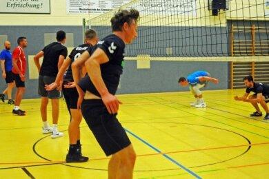 Mit acht Spielern startete Trainer Alexander Krug beim VSV Oelsnitz in das Training, hier bei Erwärmungsübungen.