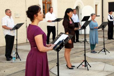 Mitglieder des Opernchors des Mittelsächsischen Theaters beim Auftritt im Freiberger Schlosshof.