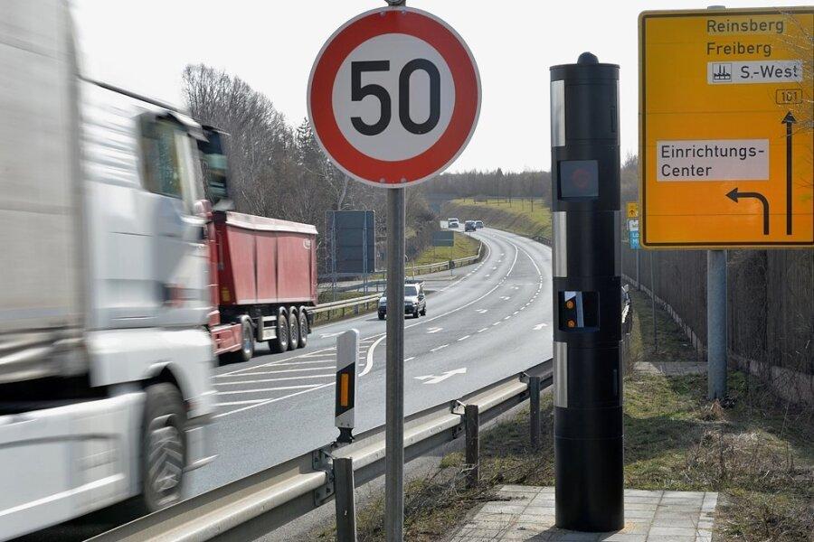 Mittelsachsens Superblitzer steht auf der B 101 in Siebenlehn nahe Möbel Mahler: Mehr als 32.000 Fahrer tappten im vorigen Jahr in die stationäre Radarfalle.