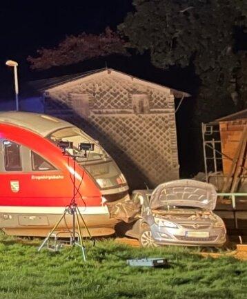 Am unbeschrankten Bahnübergang Nennigmühle ist es am Freitagabend zu einem Unfall gekommen. Der Fahrer des Opel beachtete laut Polizei nicht ausreichend den Vorrang des Triebwagens.