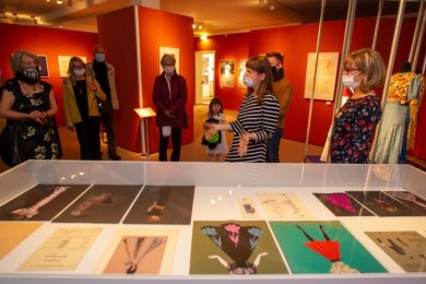 Katrin Färber und Ute Thomas führten am Sonntag eine der Gruppen durch die neue Ausstellung im Vogtlandmuseum. Einige Spitzenstücke, im Bild rechts, werden diesmal nicht in Vitrinen gezeigt.