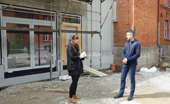 Schulleiter Jörg Oettler informiert Anja Kurze, seit wenigen Wochen neue Pressesprecherin der Werdauer Stadtverwaltung, über den Baufortschritt des Zwischenbaus am Gymnasium in Werdau.
