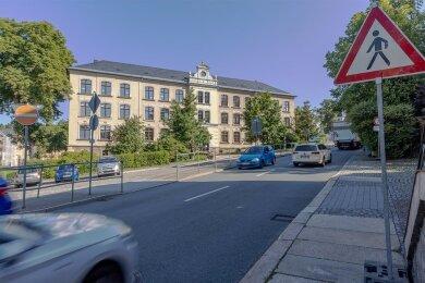 Tausende Fahrzeuge fahren täglich an Geyers Grundschule vorbei. Nach einem Unfall mit einem Kind werden zum wiederholten Mal eine Ampel oder Tempo 30 gefordert. Das Landratsamt lehnt bislang beides ab.