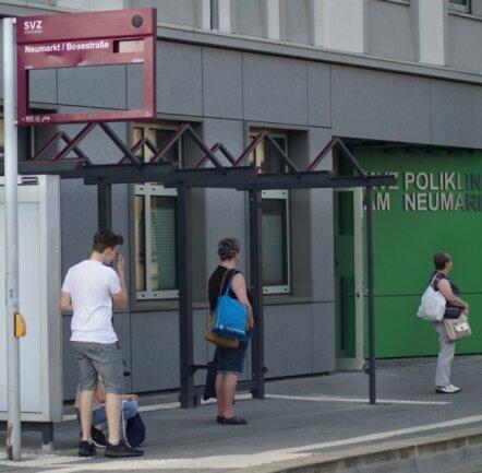 Bis Mitte August soll das Wartehäuschen am Neumarkt, das Bus- und Tramfahrgäste nutzen, fertiggestellt sein.