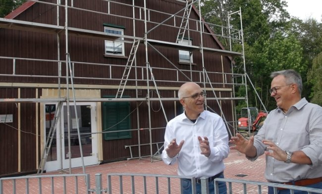 Hardy Spitzner, Chef des Landesverbandes der Kieze, und Waldpark-Chef Joachim Otto (links) vor dem künftigen Info- und Kioskzentrum im Waldpark: der ehemaligen Waldschänke. Dank 90-prozentiger Förderung konnte das ehemalige Gasthaus aktuell für 160.000 Euro saniert werden.