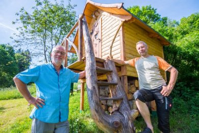 Ludwig Böhme (links) hat das Baumhaus auf seinem Grundstück in Waschleithe gebaut. Schwiegersohn Heiko Sandner wohnt in Freiberg und ist der Vater von Sophia und Franz, zwei der Enkel, für die das Haus gebaut wurde.