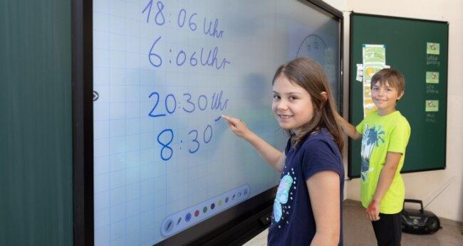 Die Kinder der Klasse 2 der Schlettauer Grundschule haben sich schnell an die neue Technik in den Klassenzimmern gewöhnt. Im Bild: Jasmin Keller und Niclas Groß.