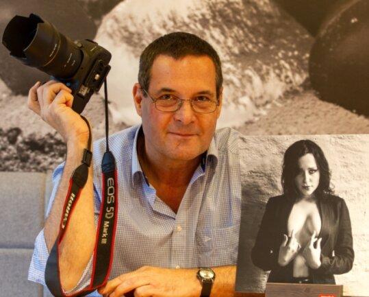 """Andreas Schiller mit seinem Foto """"Und weiter"""". Die Aufnahme wurde in einer Ausstellung des Fotoclubs Vogtland im Plauener Einkaufszentrum Stadt-Galerie durch das Centermanagement zensiert. Der Fotoclub protestierte dagegen, indem er an der vorgesehenen Stelle ein schwarzes Bild zeigte."""