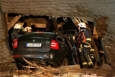 Vom Pkw ragte nur noch das Heck aus dem Kirchendach. Zuvor war das Fahrzeug 35 Meter durch die Luft geflogen.