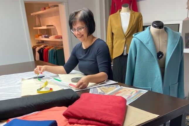 Ines Schreiter fertigt als Maßschneiderin die Designerstücke beim Chemnitzer Label Mutare an.