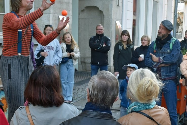 Jongleur und Artist Janko vom Straßentheater Raduga wusste sein Publikum in Mittweida mit Tricks zu begeistern.