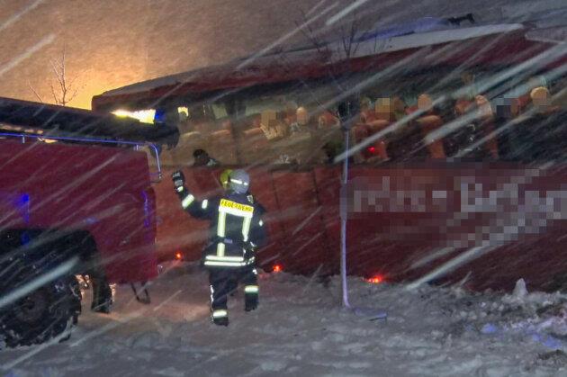 Reisebus rutscht in Graben - Polizei zählt 120 Unfälle