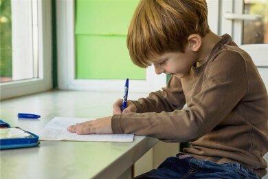 Kein optimaler Schreibtisch zu Hause: Homeschooling begünstigt eine falsche Sitzhaltung.
