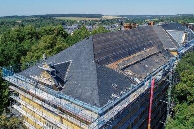 Auf dem Dach der Trützschler-Oberschule Falkenstein hat der Abriss der alten Schiefereindeckung begonnen.