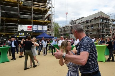 """Passend mit einem Tanz eröffneten Paare des Chemnitzer Tanzstudios """"Tingle Step"""" das Richtfest für die Tanzende Siedlung auf dem Kaßberg. In der neuen Wohnanlage zwischen Kaßberg-, West- und Hohe Straße entstehen bis Sommer 2021insgesamt 40 Wohnungen."""