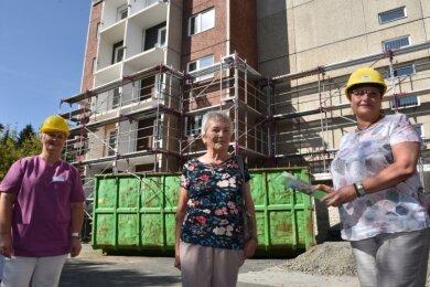 Begrüßung der ersten Mieterin schon auf der Baustelle: Helga Dietrich aus Zwönitz (Mitte) wird nächstes Jahr eine der 54 neuen Seniorenwohnungen im Haus Waldblick 2 beziehen. Gabriela Haas-Zens von der Wohnungsbaugesellschaft (rechts) und Ulla Schönecker, Pflegedienstleiterin der Diakonie Bad Elster, freuen sich.
