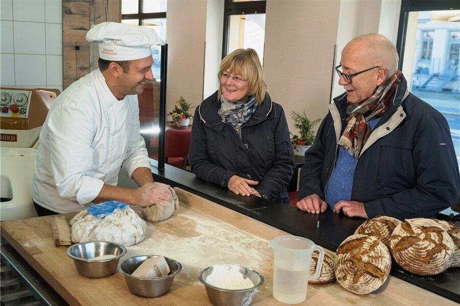 Bäckt noch mit Sauerteig: Ralf Ullrich erklärt Verbraucherschützerin Birgit Brendel und Rentner Hans-Wolfgang Mögel in der Schaubäckerei in Dresden, was hinein gehört.