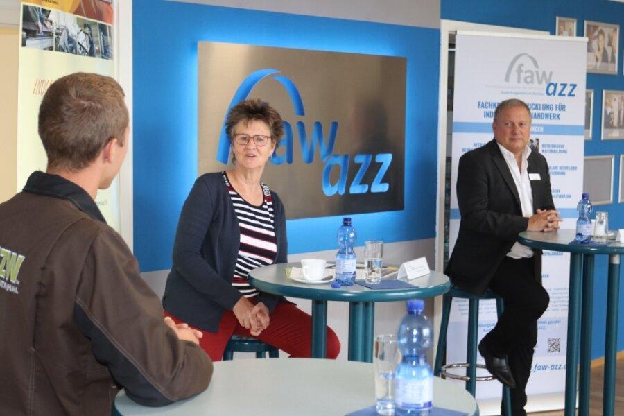 Azubi Franz Göbel (links) berichtet Sabine Zimmermann und Jens Geigner von seinen Erfahrungen.