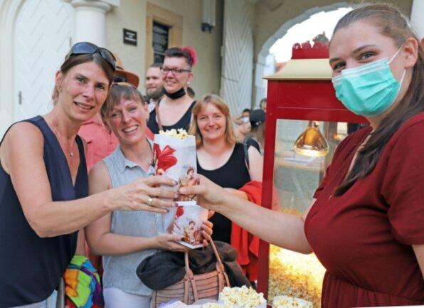 Daniela Panuschka (l.) holt sich gemeinsam mit ihrem Team bei Kinopolis-Mitarbeiterin Melanie Hanus (r.) Popcorn ab.