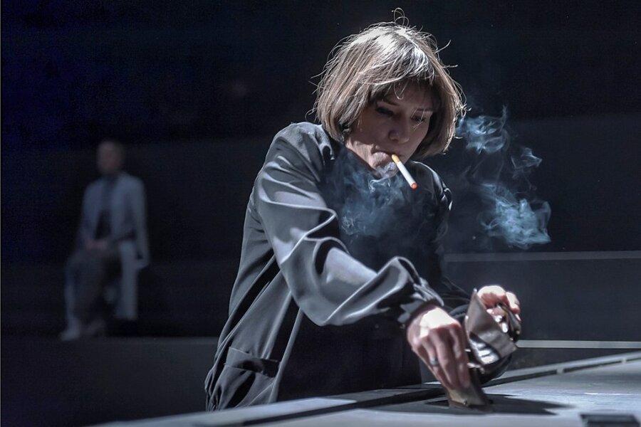 Katja (Johanna Franke) ist verzweifelt, denn sie wird nicht gehört.