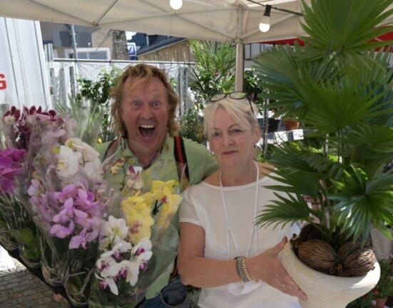 """Roberto Saarloos """"Rob der Holländer"""" (l.) verkauft der Stollbergerin Simone Derenthal Pflanzen."""