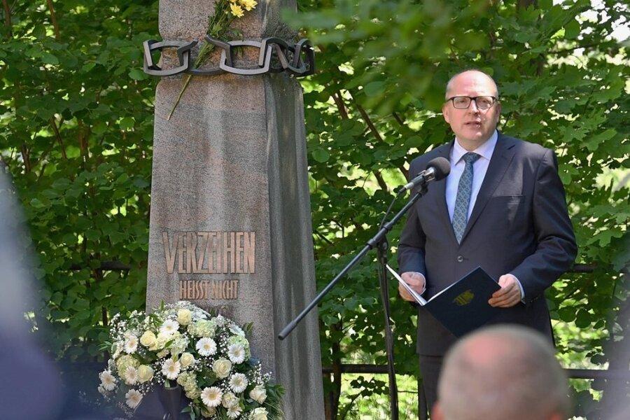 Oberbürgermeister Sven Schulze und weitere Redner gedachten am Donnerstag der Opfer des Arbeiteraufstandes von 1953.