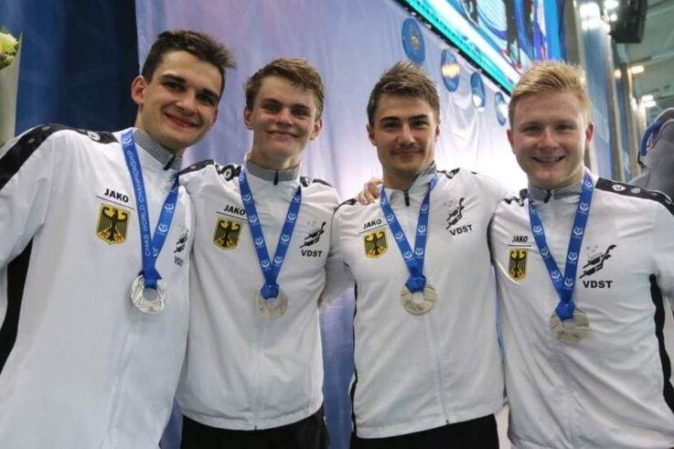 Die deutsche Silberstaffel über 100 Meter Flossenschwimmen: von links Robert Golenia vom TC Nemo Plauen, Justus Mörstedt, Max Poschart und Sidney Zeuner, alle vom SC DHfK Leipzig. Auch Sidney Zeuner ist Plauener, der beim TC Nemo seine Karriere begann.