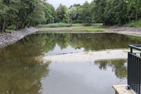 Der müffelnde Schlamm aus dem Langen Teich ist verschwunden, dafür aber steigen die Rechnungen immer weiter.