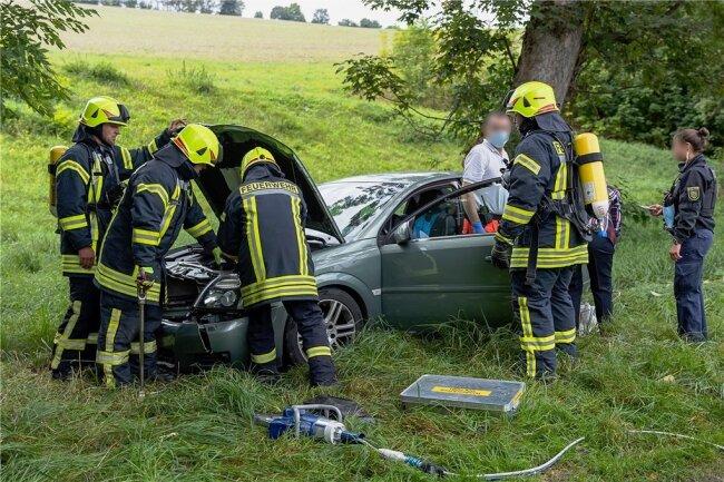 Ins Krankenhaus ist am Montagnachmittag eine Opel-Fahrerin nach einem Unfall auf der B 169 eingeliefert worden. Die Seniorin war mit ihrem Auto auf der Bundesstraße von Auerbach in Richtung Ellefeld unterwegs, als sie in einer Linkskurve ohne Fremdeinwirkung aus ungeklärter Ursache von der Straße abkam, berichtet die Polizei. Dann fuhr sie mehrere Meter über eine Wiese und krachte gegen einen Baum. Zur Bergung waren die Feuerwehr und der Rettungsdienst im Einsatz. Dazu musste die B 169 für etwa eine Stunde voll gesperrt werden. Die Opel-Fahrerin wurde zur Untersuchung in ein Krankenhaus gebracht. Die Polizei beziffert den Sachschaden mit rund 5000 Euro.darö