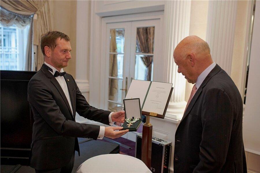 Ministerpräsident Michael Kretschmer (CDU) bei der Verleihung des Verdienstordens am 31. August an Theo Müller.