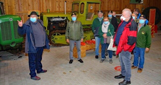Museumschef Jürgen Knauss (links) hatte eine Besuchergruppe aus Österreich zu Besuch im Deutschen Landwirtschaftsmuseum.